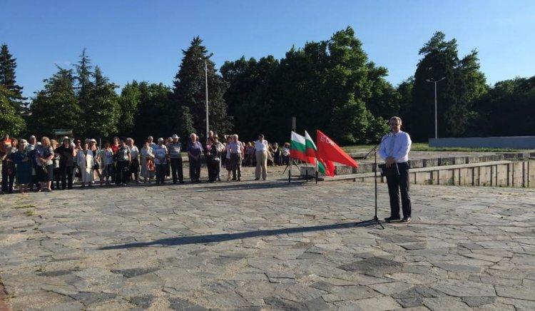 Стотици пловдивчани се поклониха пред Братската могила